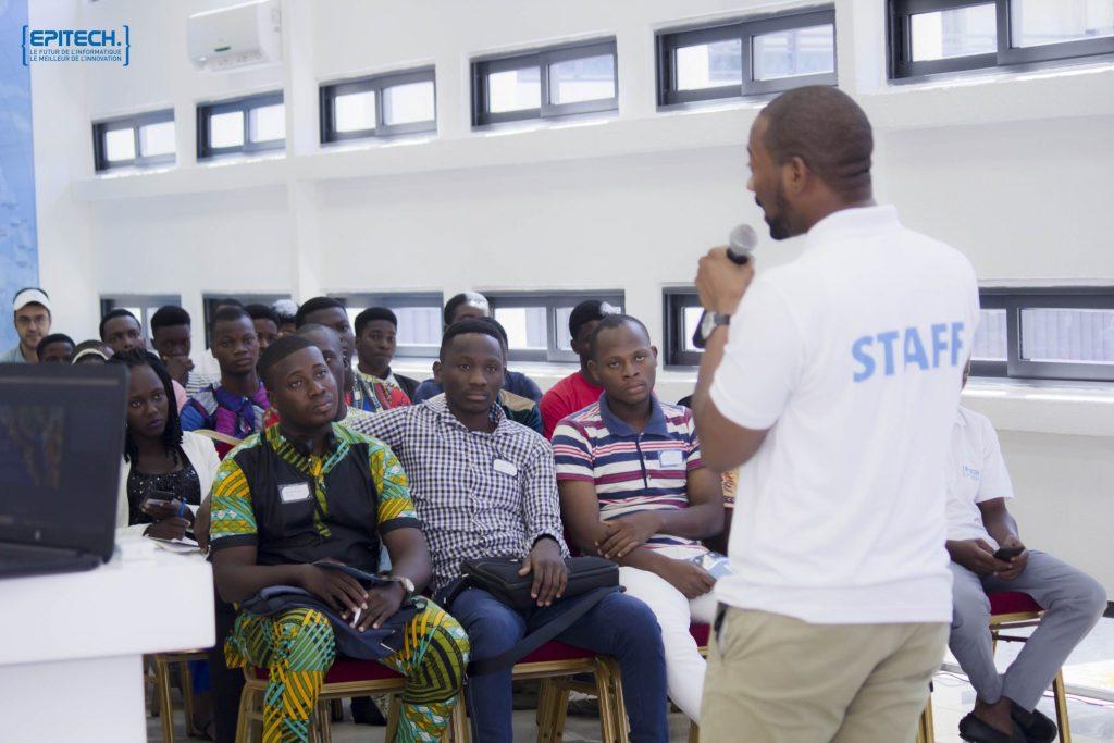 Toujours pendant le challenge d'août 2018, les étudiants sont attentifs aux conseils d'Ouanilo Medegan.